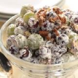 Сладкий салат из винограда и орехов